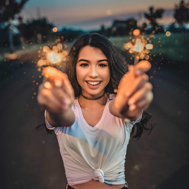 photo/woman-holding-sparklers